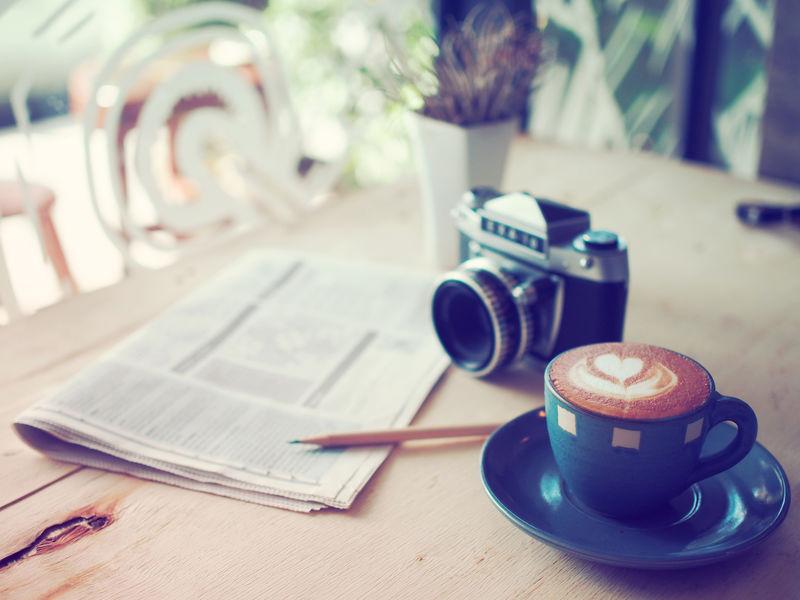 咖啡拿铁咖啡和经典相机咖啡厅复古色