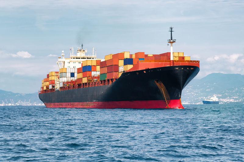 装满集装箱的商业货船