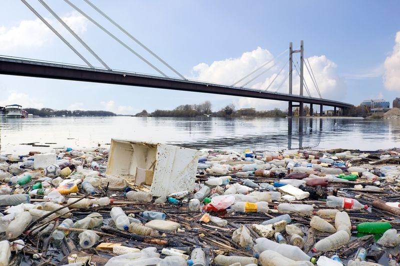 被污染的河流的照片充斥着我们生活环境的垃圾
