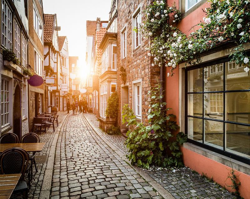日落时分的欧洲老城-复古Instagram风格的滤镜和镜头光斑效果