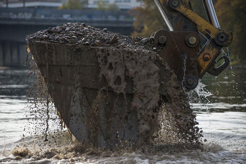 筑路工人在柏油路上进行了团队合作-沥青路面工程-d.热沥青碎石-水平工人
