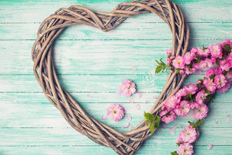 心形和粉红色花的明信片-绿松石木背景-选择性聚焦-彩色图像