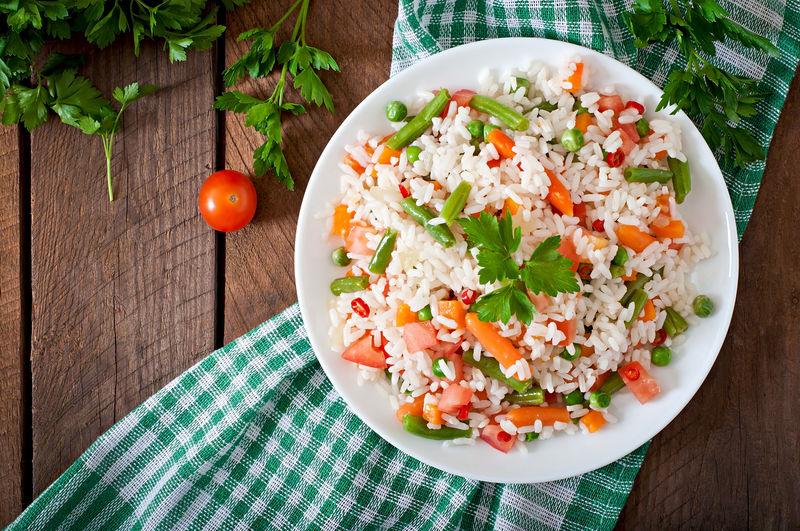 用白盘子中的蔬菜在木制背景上做开胃菜-选择性聚焦-顶视图