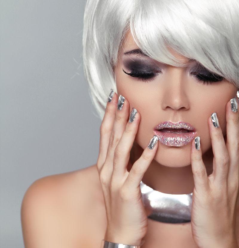 时尚金发女郎-美女肖像-白色短发-灰色背景下孤立-面向特写镜头-修剪指甲-发型-条纹-时尚风格