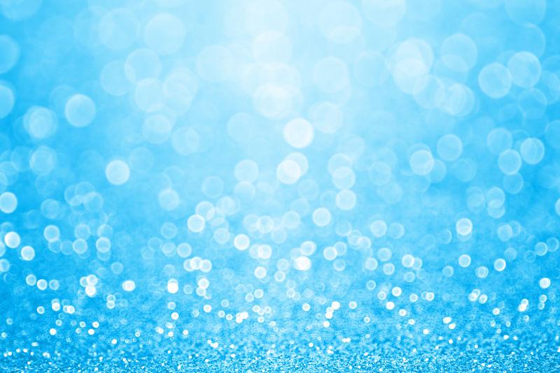 抽象闪亮的淡蓝色闪光闪光的五彩纸屑背景或邀请生日快乐-夏季游泳海滩或游泳池派对传单-儿童灰姑娘海报-圣诞节模糊-春天或婚礼