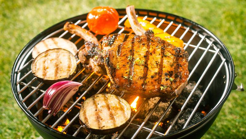 夏季烧烤-肉片和新鲜的健康蔬菜在户外的热煤上烧烤-在花园的绿草上烧烤