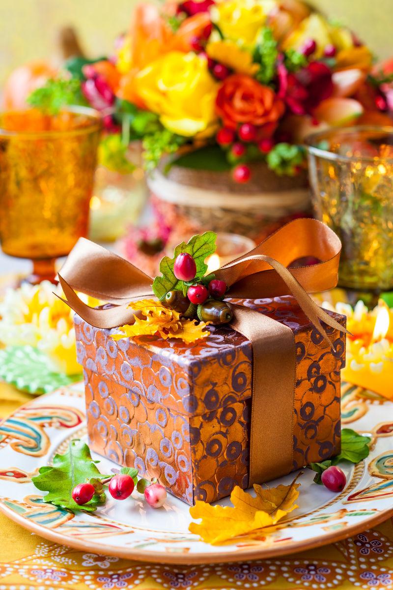 节日桌上的秋假礼品盒