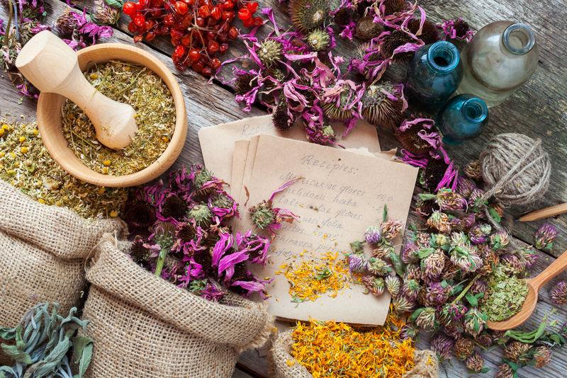 麻袋、木浆、酊剂瓶、草药-顶视图