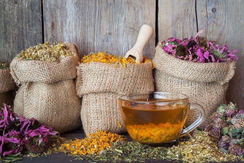 麻袋里的草药和健康的茶杯-草药