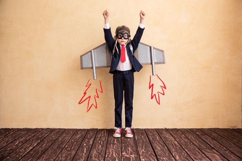 有玩具纸翅膀的年轻商人的肖像-成功、创新和创业理念-复制文本空间