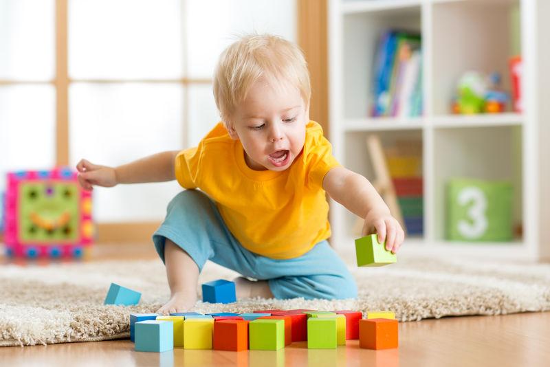 小孩在家里或托儿所玩木制玩具