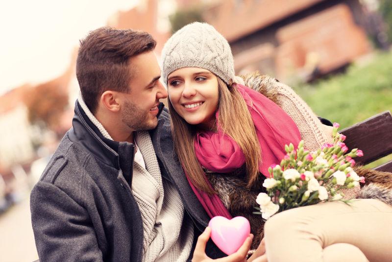 情人节公园里一对情侣的照片-有鲜花和心脏