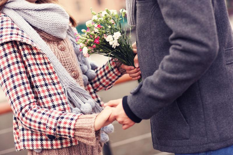 一对手捧鲜花的夫妇的中间部分