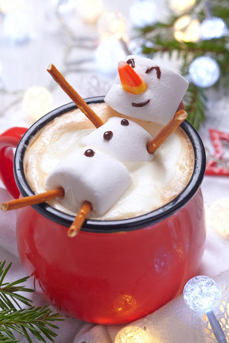 红色的杯子融化雪人热巧克力棉花糖
