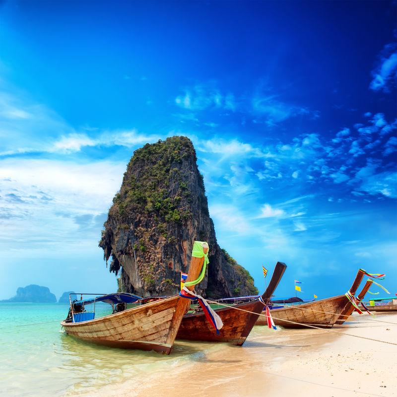 泰国异国情调的沙滩和亚洲热带岛屿上的船只-美丽的旅游目的地旅游景观背景
