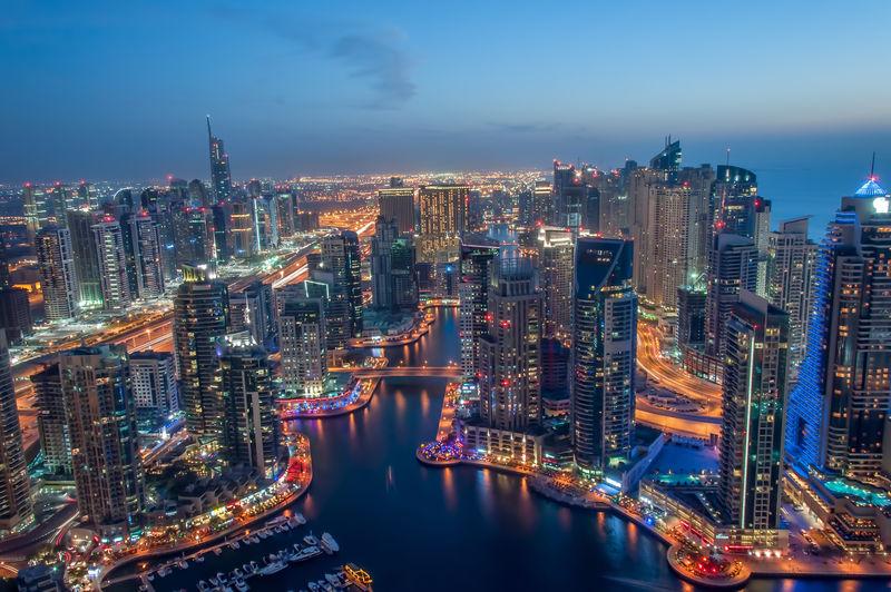 在蔚蓝的夜晚-迪拜码头灯火通明-摩天大楼高耸入云