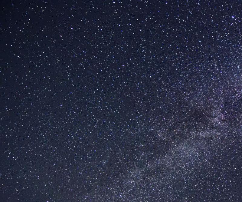 夜空中有许多闪亮的星星