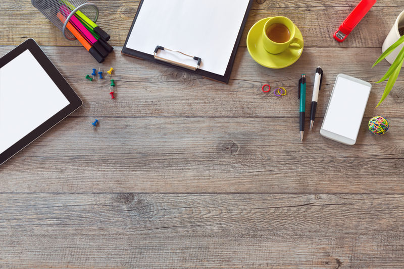 办公桌模型模板-包括平板电脑、智能手机和咖啡-使用复制空间从上方查看