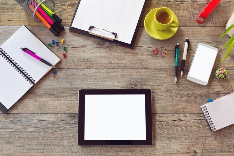 办公桌模拟模板与表-智能手机-笔记本电脑和咖啡杯-用复制空间从上面看