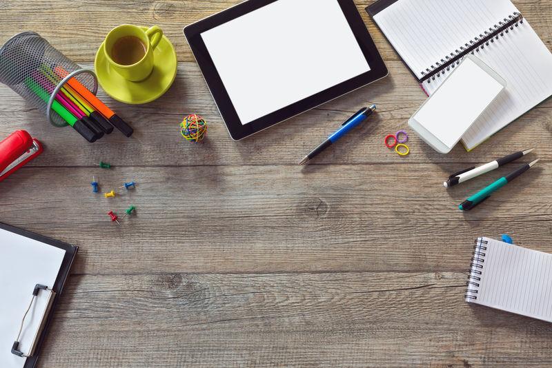 办公桌背景-配有平板电脑、智能手机和一杯咖啡-使用复制空间从上方查看