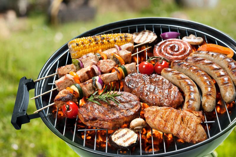 烤肉上的什锦烤肉和蔬菜