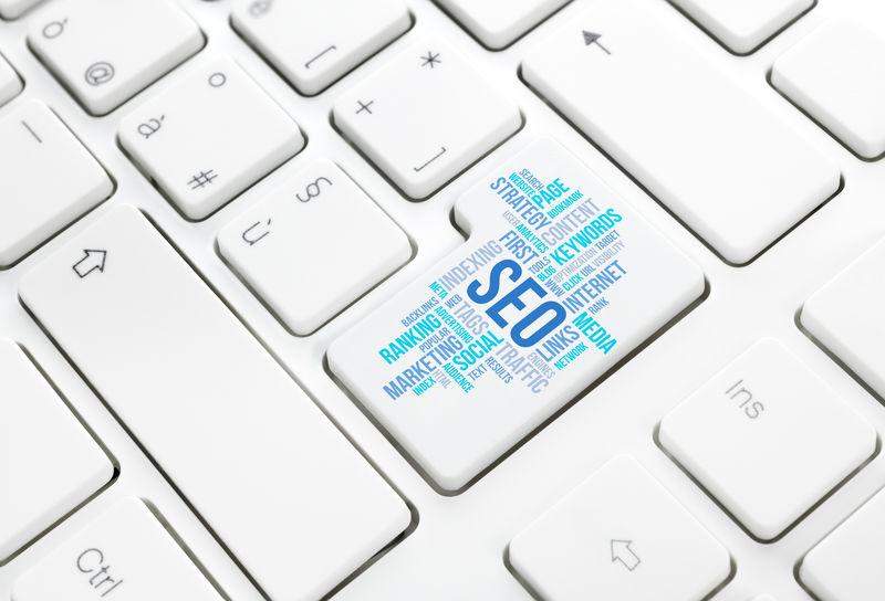 SEO业务、搜索引擎优化、概念云输入按钮或白色键盘上的键