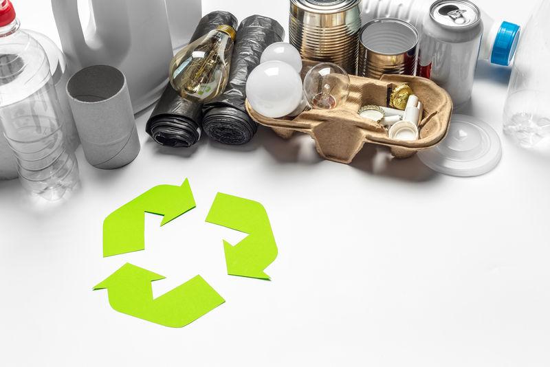 桌面背景上带有回收符号的生态概念