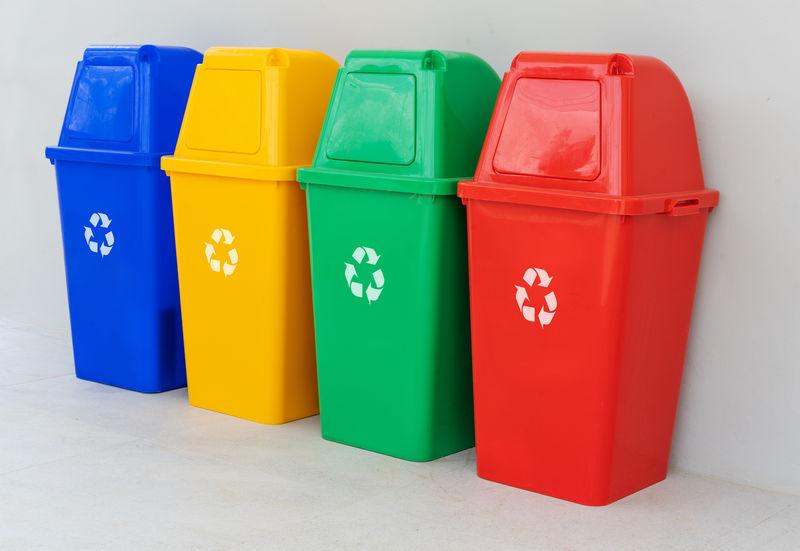 地板上有四个彩色回收箱