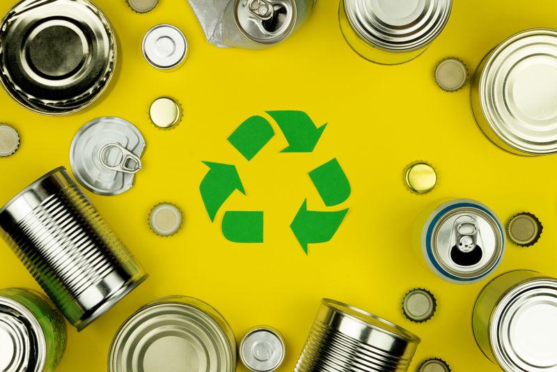 绿色回收再利用标志符号-金属铝罐、盖子、黄色背景的罐子-生态生态环境垃圾回收理念