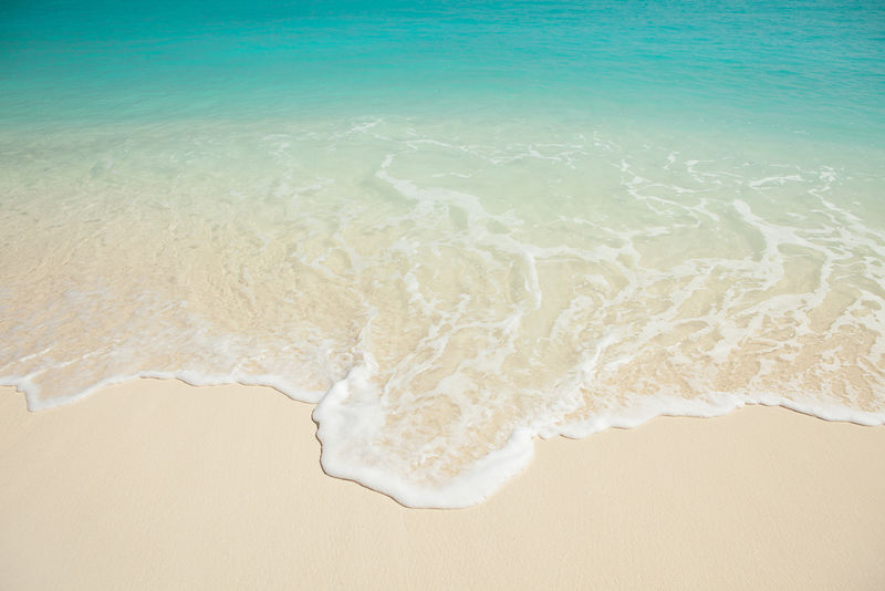热带海滩-海浪背景-白沙和水晶蓝海-海水自然-沙滩放松-夏日海滨度假-马尔代夫群岛波浪背景