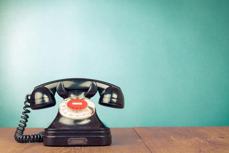 桌前海蓝色背景复古黑色电话