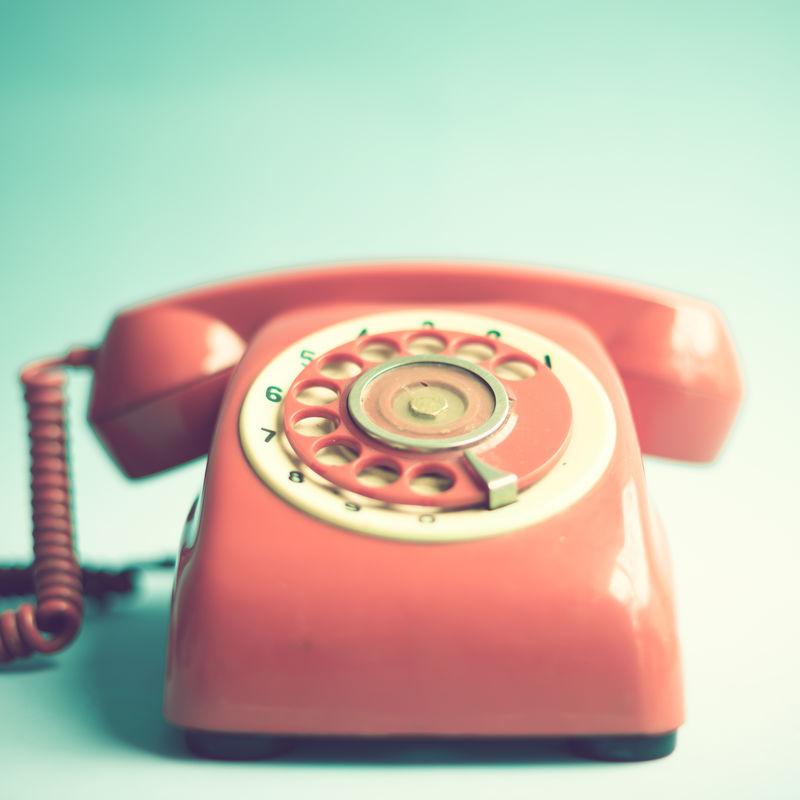 蓝色背景的复古红色电话