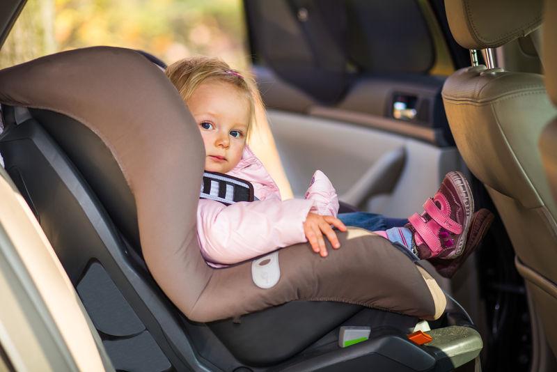 汽车座椅上的女婴