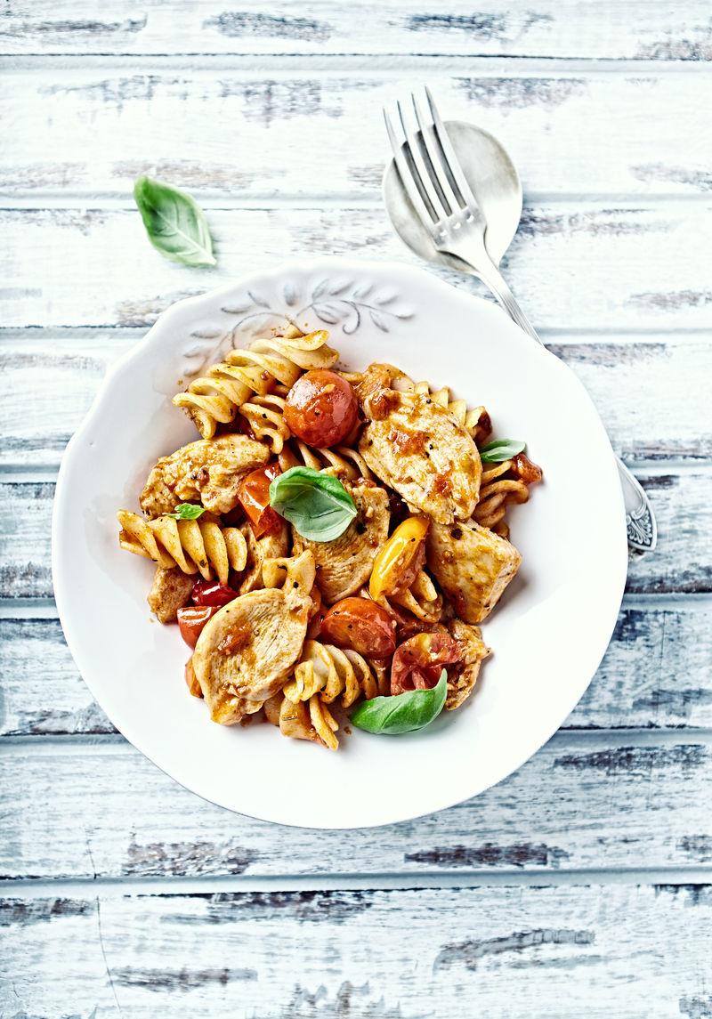 意大利面配肉丸和番茄酱-牛肉丸子和新鲜香草意面-意大利菜-意大利菜-美味可口的概念-质朴的木质背景-顶视图-复制空间