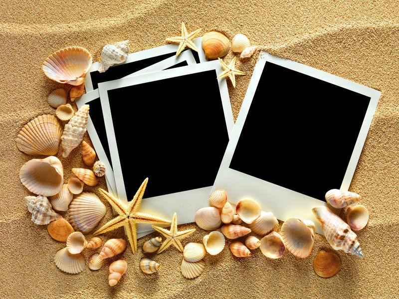 在贝壳和沙子的背景图框架-复制空间