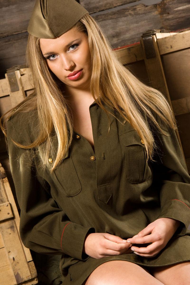 穿着军装的性感金发女郎