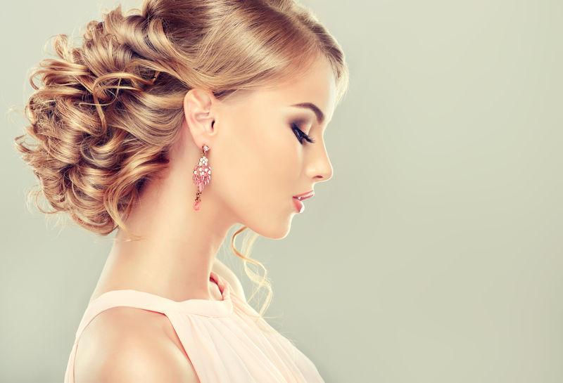 美丽的性感女人的肖像-完美化妆-金发女郎-时装照片-珠宝与服饰