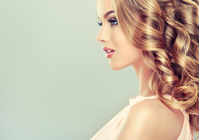 卷发的金发女孩-造型优美-发型卷曲