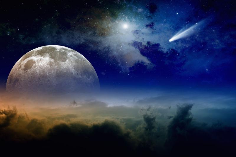 发光的云-满月升起-星星和彗星在深蓝色的天空-NASA NASA.gov提供的图像元素