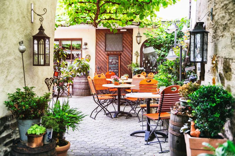 欧洲小城市的咖啡露台