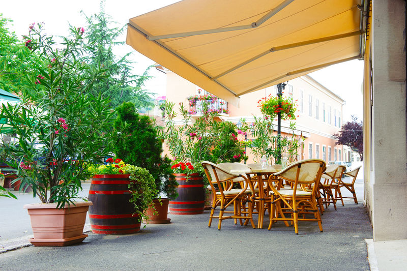 雨棚下的街边咖啡馆-八度音阶的红花和木桶