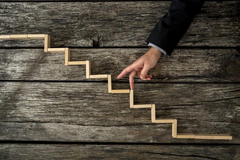 商人或学生用手指走上木台阶