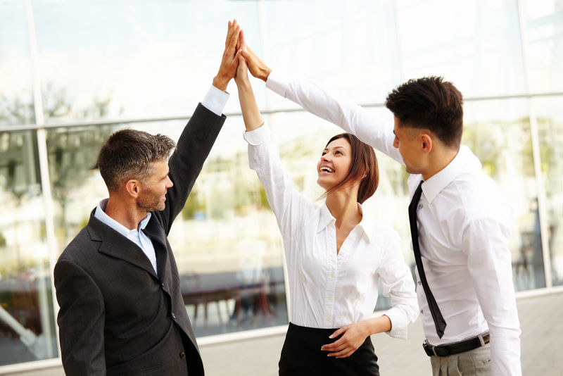 商务人士。成功的团队庆祝交易