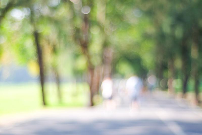 博克、春夏季节公园人群活动背景模糊