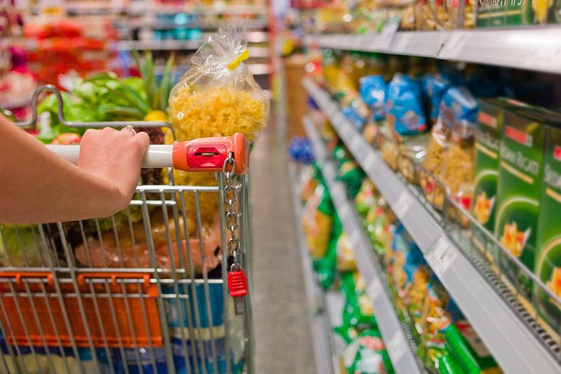 在超级市场购买食物的妇女-家庭主妇的日常生活