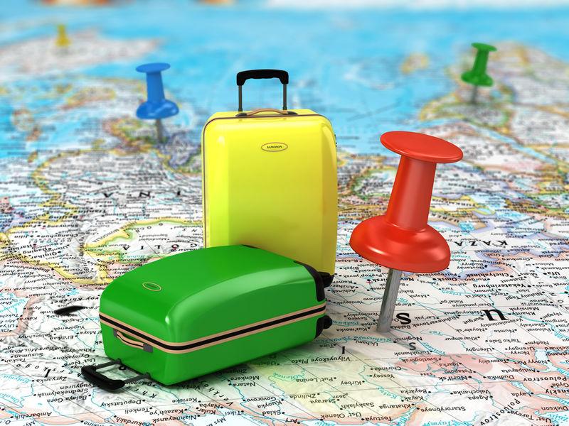 带图钉和世界地图的旅行箱