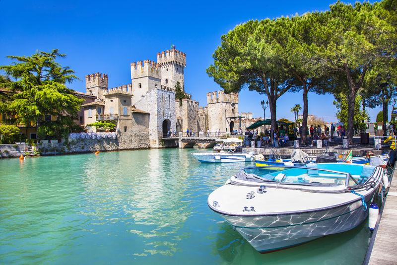 塞米奥内古镇的中世纪城堡斯卡利格-美丽的Lago di Garda湖-意大利