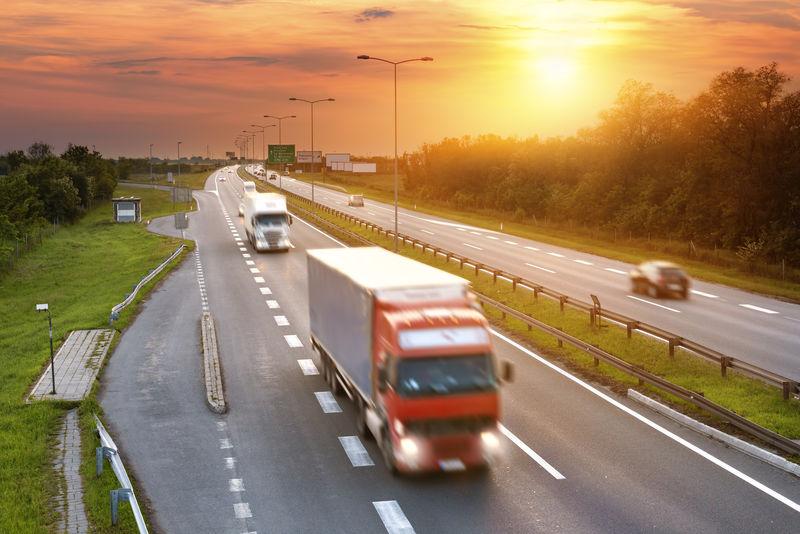傍晚在高速公路上的高峰时间开红色卡车