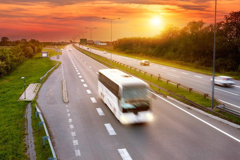 公路上高峰时刻的白色公共汽车