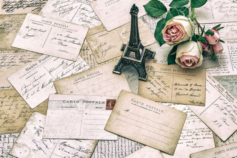 玫瑰-古老的法国明信片-从巴黎来的艾菲尔铁塔-怀旧的假日背景-复古风格色调图片